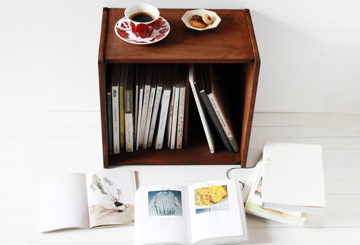 DIYでつくった棚。本を入れておくのにちょうどいい大きさで、ちょっぴりレトロな雰囲気も魅力。天板にものを置いて、ちょっとしたテーブル代わりにも使える優れものです。