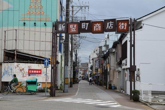 「新竪町商店街」は、金沢駅から車で約15分のところにあるスポットです。「金沢21世紀美術館」や「鈴木大拙館」からは徒歩10分以内で行けますよ。まるで昭和の時代にタイムスリップしたかのように、ゆるやかに時間が流れる雰囲気は魅力的。