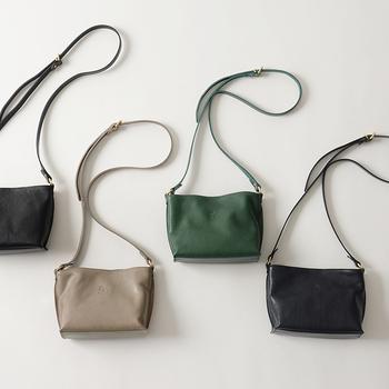 革素材でベーシックカラーのバッグを揃えておけば、フォーマルな場に招待されても焦る心配がありません。ぜひデイリーに使える革バッグをゲットして、急な事態に備えておきましょう♪