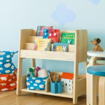 お気に入りの絵本を見せながら収納できるブックラック。オープン収納だから、お子さんでも取り出しやすいですね。