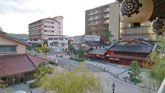 """石川県を観光するとき、まずはお気に入りスポットを網羅したオリジナルの観光モデルコースを作りましょう。人気ランキングに必ず出てくるような有名処はもちろん、自分だけのお気に入りスポット探しも忘れずに。歴史や自然、温泉、グルメなど石川県にはさまざまな観光スポットがあります。近場で徒歩移動できる場合もあるので、時間や距離も考慮して選んでみてくださいね。もちろん一ヶ所をじっくり楽しんだり、自然や温泉を満喫したり、お土産選びにフォーカスしてもOK。あなたの""""好き""""に寄り添う、石川県の観光スポットめぐりにでかけましょう♪"""