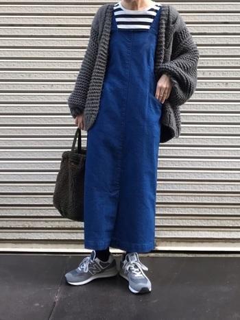 同じグレーでも、秋ならちょっぴり濃いめを着たくなりますよね。ジャンパースカートの上に、アウターとして羽織れば、肌寒い秋の日でも暖かく過ごせそう。