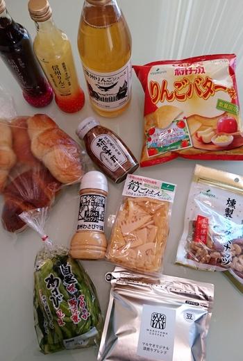こちらは、長野・軽井沢のご当地スーパーとして有名な「TSURUYA(ツルヤ)」。  お土産用につくられたクッキーなどもありですが、こんなご当地のものに出会えますよ。