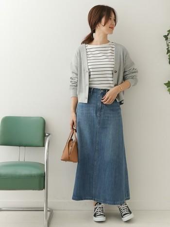 夏らしいさわやかなブルーのデニムスカートにも、グレーのカーディガンなら相性◎。ショート丈のカーディガンは、トップスをコンパクトにまとめたい時の、強い味方です。