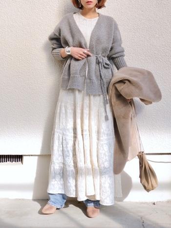 真冬なら、コートの下にカーディガンを着込むのも◎。グレーなら、どんな色のアウターでもしっくりまとまりそうです。
