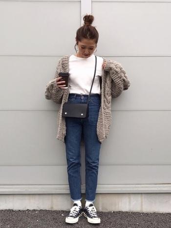 Tシャツ&デニム&スニーカーのちょっぴりメンズライクなコーデに、グレーのカーディガンをざっくりと羽織って。大き目のケーブル編みで、逆に女性らしい華奢さが引き立ちます。