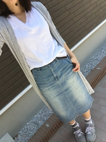 夏の冷房や紫外線対策に、何かと大活躍なユニクロのカーディガン。グレーのロング丈なら、Tシャツの上に、さらっと羽織っただけでも、なんだかサマになりますね。
