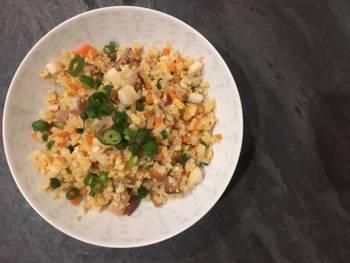 お米の代用品として注目されている「ベジタブルライス」。野菜を米粒大に刻んで使います。低カロリー・低糖質・栄養や食物繊維豊富な、ダイエット中の強い味方です。市販もされているので、ぜひ下記リンクも参考にどうぞ♪