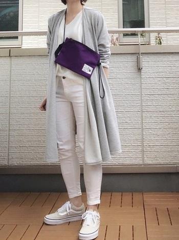 淡いグレーのロングカーディガン×真っ白のコーデは、春だからこそ。鮮やかなパープルのバッグで、全体の印象を引き締めて。
