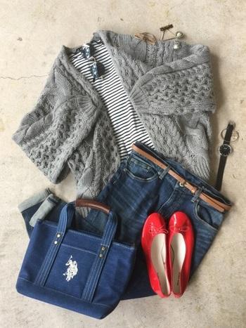 モノトーンにも、キレイな色にも、どんな色とも喧嘩しないグレーは、コーデに思わず取り入れてしまいますよね。  この記事では、いつでもさらりと羽織れる「グレーカーディガン」の着こなしを季節別にご紹介していきます。