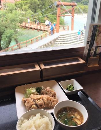 そんな絶景を楽しみながら頂くメニューは、松本のご当地グルメ「山賊焼き」や、信州が誇るブランド豚、信州米豚を使用した「カツ丼」、こだわりの「ポークカレー」など、様々なお料理を手軽な値段で味わうことができます。