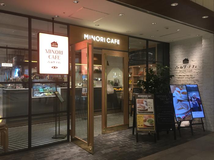 仙台駅の駅ビル「エスパル仙台」には、朝ごはんを食べられるお店がたくさん揃っていてとっても便利!JR東口改札の目の前にある【みのりカフェ】は、朝7時半からOPEN。東北産の野菜や果物を使ったホットサンドやスープなど、こだわりのモーニングをいただくことができますよ。