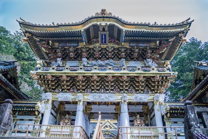 世界遺産に登録されている「日光の社寺」。その中核となっているのが日光東照宮です。鮮やかな彩色と見事な彫刻が施された陽明門は、1日中眺めていても見飽きないことから「日暮門(ひぐらしもん)」とも呼ばれています。
