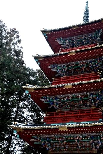 五重塔も極彩色が施されていて、国内の五重塔の中でも特に豪華絢爛なものとなっています。また、スカイツリーの耐震システムはこの五重塔の構造が参考にされています。