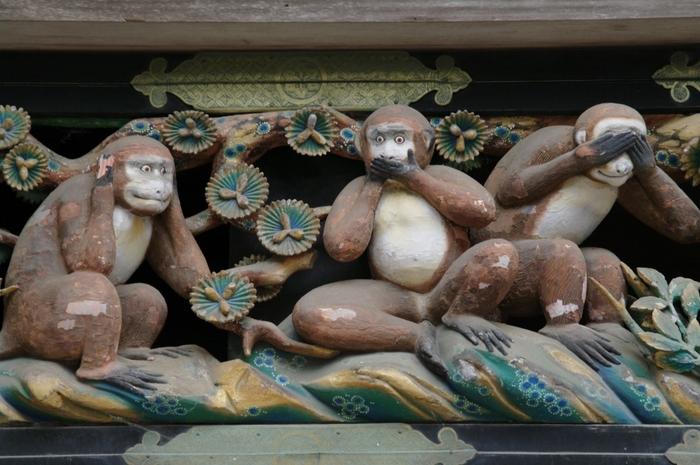 建物の彫刻が見事な東照宮の中でも、よく知られているのが「三猿(さんざる)」。神厩舎(しんきゅうしゃ)という神馬を繋いでいる建物に施された彫刻です。「見ざる・言わざる・聞かざる」という自分に都合の悪いことや他人の欠点についての戒めを表しています。