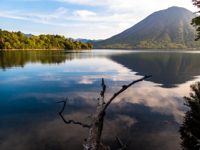 日本百景の一つとして選ばれている中禅寺湖。男体山をはじめ自然が織り成す絶景が楽しめます。海抜約1,200mのところにあり、日本で一番標高が高い湖であるため「天空の湖」と呼ばれています。