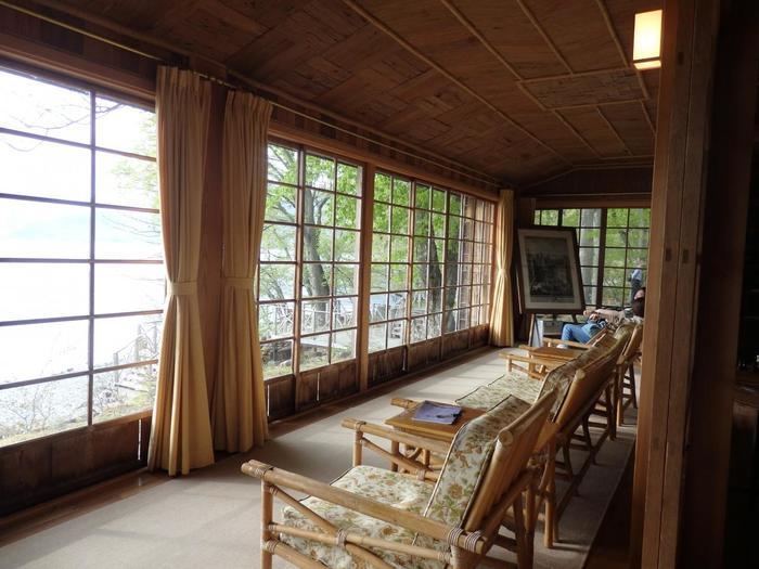広縁からは中善寺湖が一望できます。杉皮を使い、意匠に凝った天井や壁も見所です。