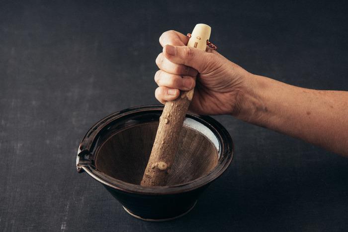 熟練の日本の職人さんたちとともに、細部までこだわり、使い手の立場に立った使い勝手の良い日用品を制作している「東屋(あづまや)」と、伊賀焼工房の「耕房窯」とのコラボレーションで生まれた伊賀焼のすり鉢。
