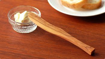 木の温もりと優しさが感じられるオリーブウッドのバターナイフ。オリーブウッドは緻密で硬く油分を多く含んでいるので、水分や匂い、色などを吸収しにくく、バターナイフに最適な木材。手にしっくりと馴染む使いやすさも◎