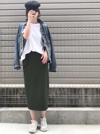 デニムジャケットとタイトスカートの洗練された着こなしには、白スニーカーをプラスしてややカジュアルダウン。足元がシンプルなので、全体がすっきりとしてこなれた印象にまとまっています。