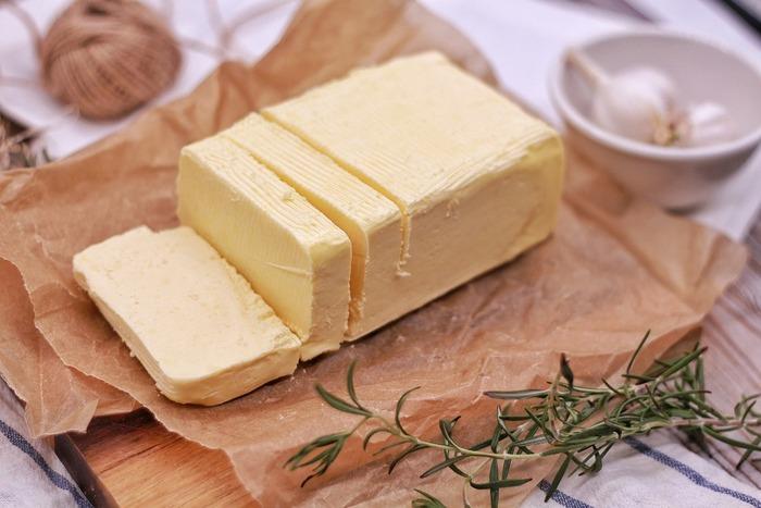 発酵バターとは、原料となる乳脂肪分を乳酸菌で発酵させて作るバターのこと。特有の香りがあり淡い酸味があるのが特徴。ヨーロッパではこの発酵バターが一般的で、日本では乳酸発酵させないクリームを原料とした非発酵バターが主流です。