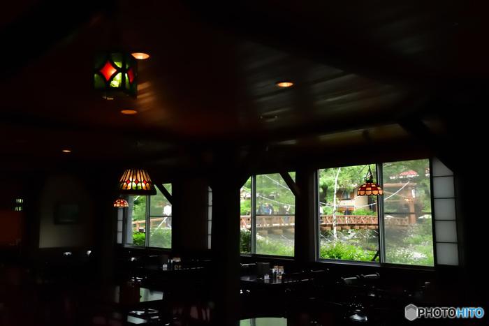 (画像:五千尺ホテルから河童橋を望む)  上高地を訪れたら、宿泊して、のんびり旅を満喫するというのもいいですね…。 個室のお食事と貸切できる温泉が楽しめるお宿、河童橋畔に立つ美しい眺めが自慢のホテルなど、上高地には沢山のおすすめホテルや旅館があります。是非、情報をチェックして、利用してみてはいかがでしょうか。