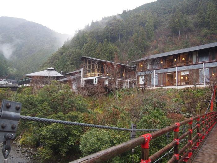 豊かな大自然に囲まれた「オーベルジュ土佐山」。オーベルジュというだけあっておいしい料理がいただける他に、センスのいいインテリアと温泉を楽しむことができます。