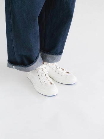 定番スニーカーとおすすめスニーカーを着こなしのコツと共にご紹介しました。いかがでしたでしょうか。 たくさんの種類があるスニーカーですが、自分らしく履きこなせる一足を見つけて、足元のオシャレを楽しんでくださいね♪