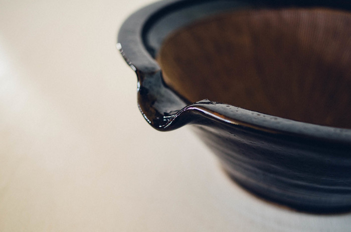 土鍋で有名な伊賀焼の伊賀の土と、黒飴釉で作られたすり鉢。重厚感がある佇まいが素敵ですが、見た目の良さだけでなく、片口部分がついており、すったり、潰したりした食材を移すのにとても便利。