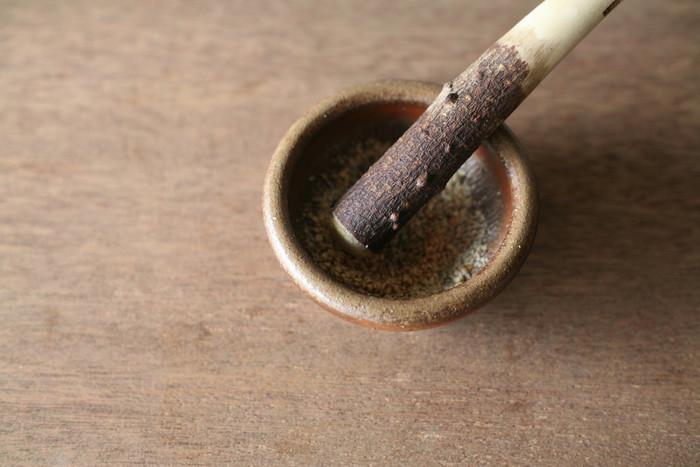 地元で採れる陶土から土作りをし、ろくろで整形した後、釉薬を使わずに赤松の割り木を使用して10昼夜半窯焚きで作る、昔ながらの自然な方法で手間をかけて作られた、素朴であたたかみのあるすり鉢は、小さいサイズでも佇まいに風情があります。