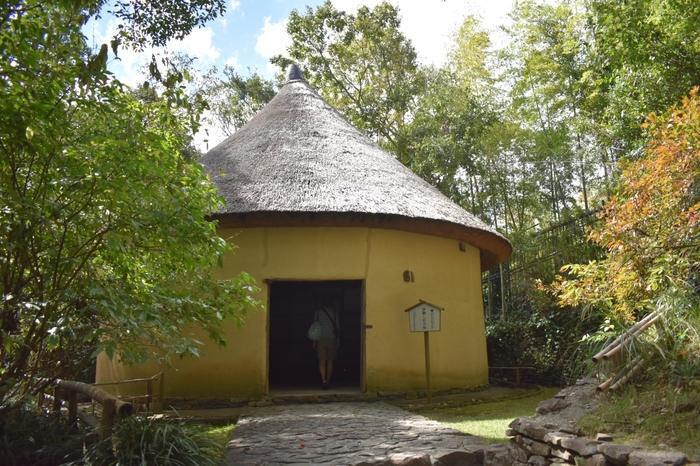 円形の建物が可愛い「砂糖しめ小屋 釜屋」です。ここは石臼を使ってサトウキビから砂糖を製造する小屋でした。建物の中には使われていた道具もあります。