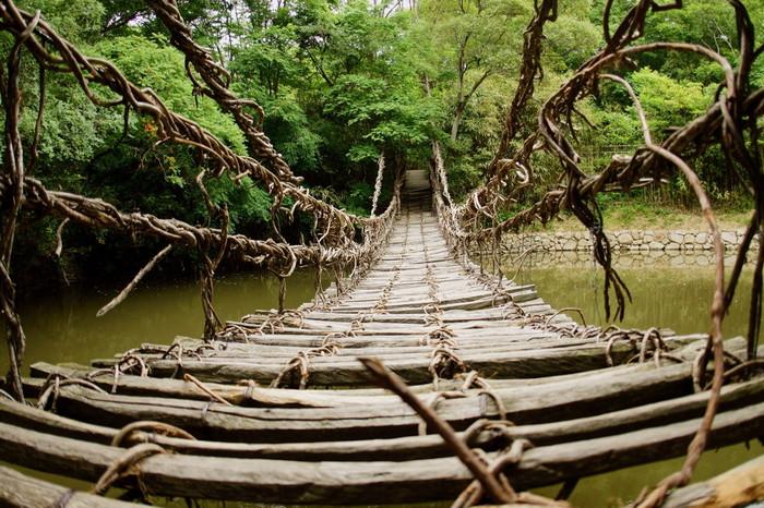 四国村の中に、徳島県にある「祖谷のかずら橋」をモチーフにした吊リ橋もあります。怖いけど、ドキドキ体験を味わうこともできますね。