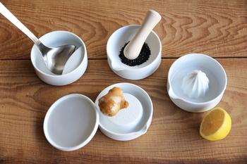 すり鉢だけ食卓に置いても絵になりますが、SITAKUシリーズは、他にも、お玉立て、蓋、おろし器、レモン絞りまで揃っています。