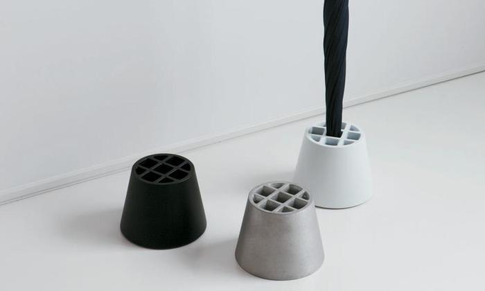 こちらの傘立ては、鋳物の質感や重量など、素材の特性を生かした傘立て。最大で9本の傘が立てられる、優れものです。スタイリッシュなデザインは、玄関にさりげなくアートな雰囲気をプラスしてくれそうですね!