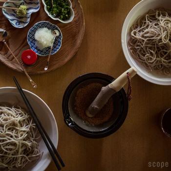 すり鉢とすりこぎのサイズも豊富で、小さなタイプなら、そのまま食卓に出しても◎。またすり鉢の大きさによって、すりこぎの長さも変わり、使いやすい組み合わせで購入することができます。