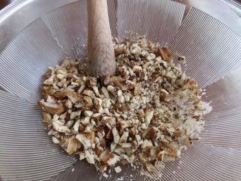 すり鉢は、する以外にも、ナッツなどの食材を叩いてつぶしたり、アボカドや大葉などペースト状にしたり、実に便利な調理器具です。