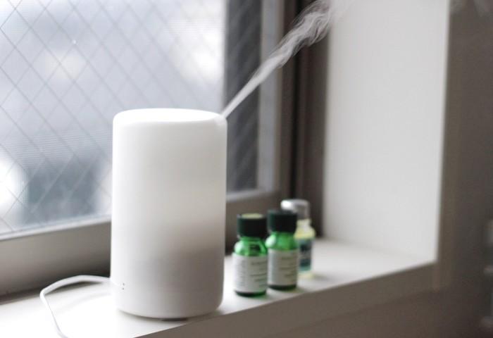 「ディフューザー」とは、アロマの香りを部屋中に拡散するための道具のこと。蒸気を出したり、キャンドルの熱であたためたりして、香りを飛ばします。特別な道具が無くても大丈夫!マグカップにお湯を注ぎ、そこにアロマオイルを1~2滴ほど垂らしましょう。ゆっくりと香りが立ち上ってきますよ。