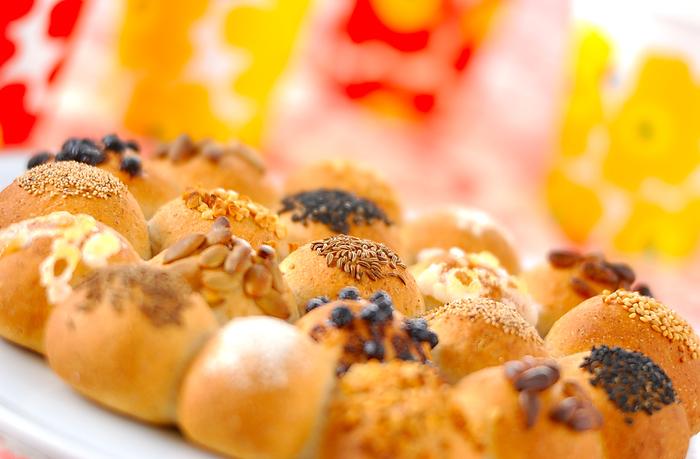 キャラウェイシードをはじめ、ケシの実やゴマなど、さまざまな風味を楽しめる、パーティーにぴったりなライ麦パンのレシピ。小さめに丸めてあげることで、ちょっとつまむのにちょうどいいサイズ感に♪キャラウェイシードのプチプチとした食感もクセになりますよ。