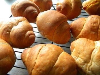 強力粉とライ麦粉で作った生地に、キャラウェイシードを練り込んで作る、ロールパン。噛むほどにスパイスの香りが口の中に広がる、素朴な味わいのライ麦パンです。