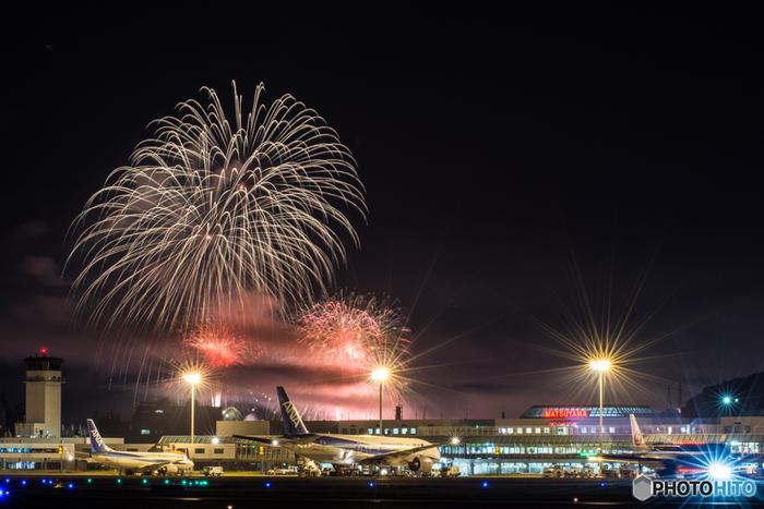 四国最大級と言われる「松山港まつり三津浜花火大会」。大迫力の変わり花火など10000発もの花火が夜空を彩り、その素晴らしさに圧巻です。有料の見物席もあるので、前もってチェックしてみるのもいいですね。