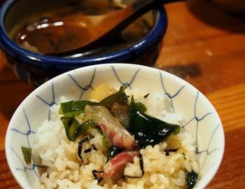 卵の入ったタレの中に鯛のお刺身を入れて混ぜたら、ホカホカのごはんの上にかけていただく「鯛めし」。もともとお魚が美味しい場所で生み出された究極の逸品です。