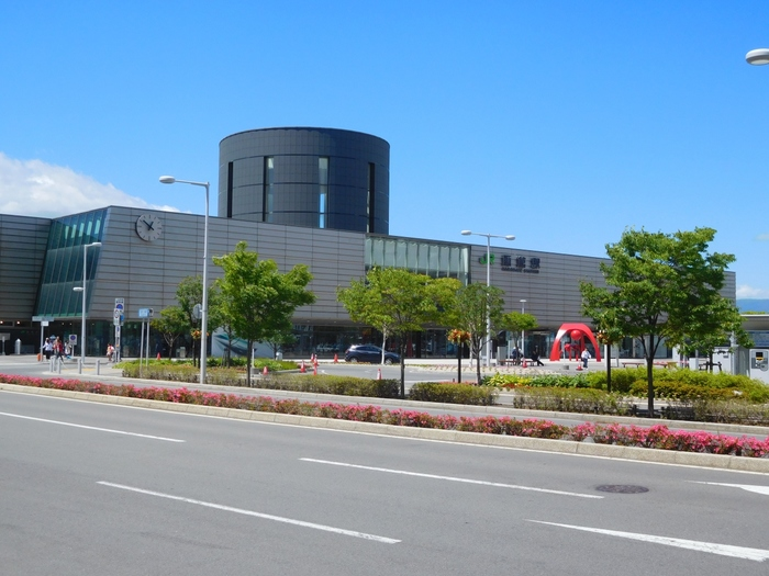 函館朝市は、JRの函館駅からすぐ。この立地の便利さも、長く愛される理由のひとつです。駅周辺のホテルに滞在している人なら、徒歩で行くのが一番スムーズです。