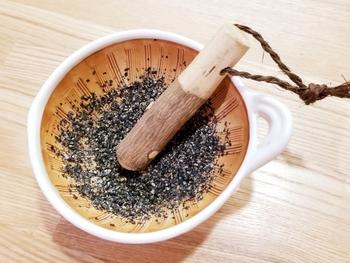 ゴマなどすった後、黒くこびりついてしまい、楊枝などを使って汚れを落とす方も多いのでは。でもすり鉢の洗いかたは、ポイントをおさえれば意外と簡単♪