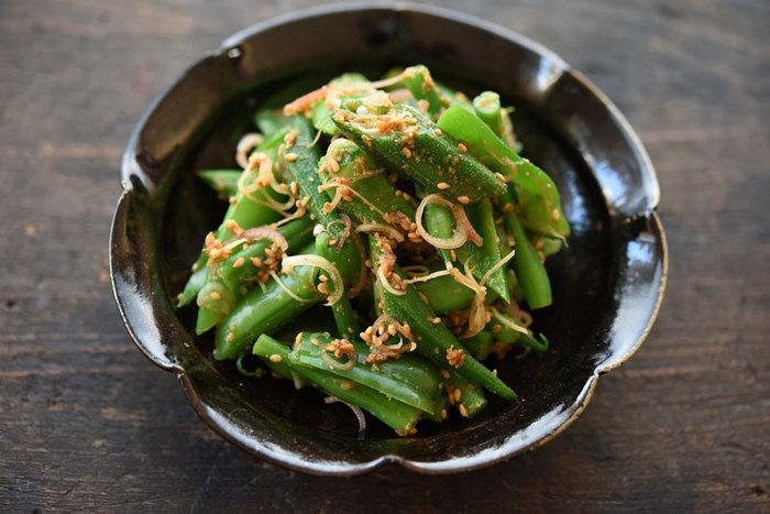 小さなすり鉢を使用するレシピで、ごま和えを思い浮かべる方も多いのでは。しかし、ごま和えの食材は色々あり、組み合わせて美味しい食材もあり、意外と奥が深いレシピかも。そこでごま和えにあう野菜や組み合わせ、野菜のゆで加減から、どの程度ごまをすれば良いか、調味料を入れるタイミングはいつが良いのかなど、ごま和えを美味しく仕上げるレシピのコツで、しっかり基本をおさらいすれば、いつでもおうちにある食材で美味しいごま和えを作ることができるかも。