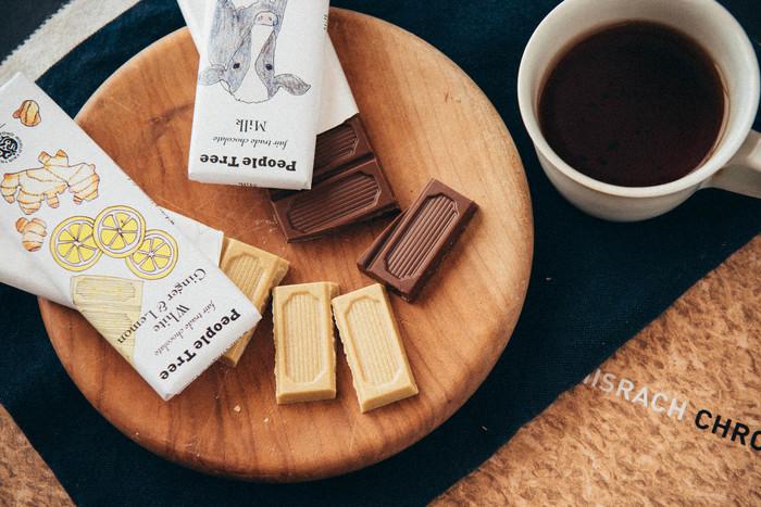 素朴なパッケージが可愛い「PeopleTree(ピープルツリー)」のチョコレートは、ひとつひとつゆっくりと味わうようにして食べたいチョコレート。昔ながらの農法で栽培されたカカオを使った、作る人、食べる人、環境にやさしいフェアトレード製品です。なめらかな口どけで、口の中でふわっと香ってとろけます。