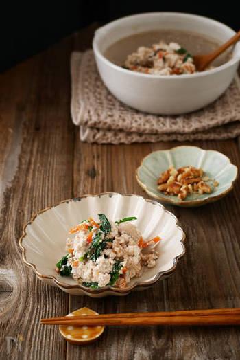 乾煎りをしたくるみをすり鉢で潰し、そこに味噌と砂糖を加えて作るくるみ味噌。これだけでも美味しそうですが、そこに豆腐や野菜を和えて作る「くるみ味噌の白和え」は出来立てが美味しいので、時間があるときにゆっくり作りたい風味豊かなレシピです。