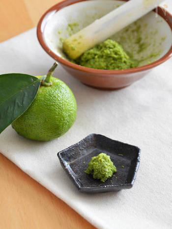 青ゆずに青唐辛子と塩で作る、自家製ゆずこしょう。とくにすりおろしたばかりのゆずの皮は香りも良く、小さいすり鉢ならそのまま食卓に出せるので、香りだけでなく見た目もさわやかで◎。