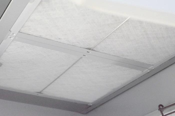 キッチン掃除のなかでも、手間の掛かる換気扇の掃除。 備え付けの換気扇フィルターは、金属製の網目で磨いても汚れが落ちにくいもの。 使い捨てタイプの不織布フィルターに替えるだけで、ストレスフリーに。