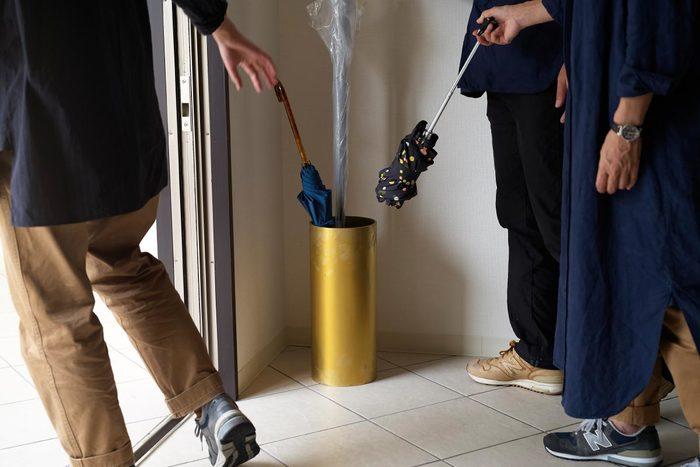 傘が増えすぎな困ったさんへ。玄関をスッキリ見せる収納アイデア