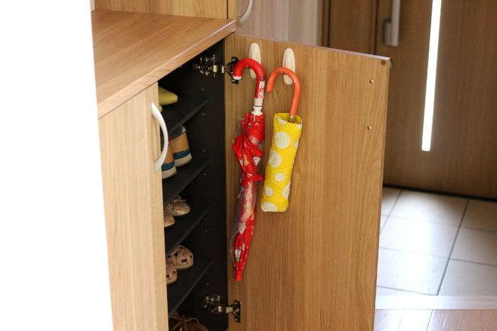 こちらのブロガーさんは、引っ掛けるタイプのコマンドフックを使用。このフック、粘着テープ式になっていて耐荷重はなんと1.3kg。付けたい所に気軽に設置でき、ある程度重いものも掛けられるので、とっても重宝するのだそうです。子供用の傘、大人用の傘、家族分の傘全てを、下駄箱の扉の裏に収納して、物を置かないスッキリ玄関を目指しているんだとか…。